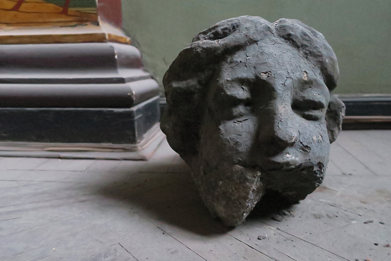 Здание Англиканской церкви. фрагмент скульптуры с фронтона