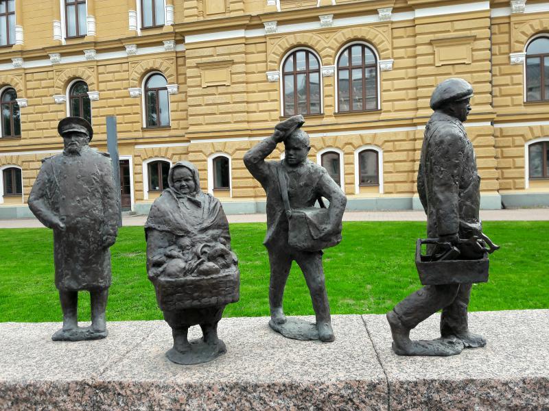 Рядом с ратушей находится знаменитая скульптурная группа «Течение времени»