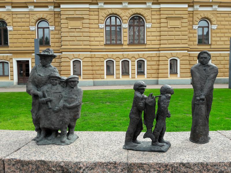 знаменитая скульптурная группа «Течение времени»