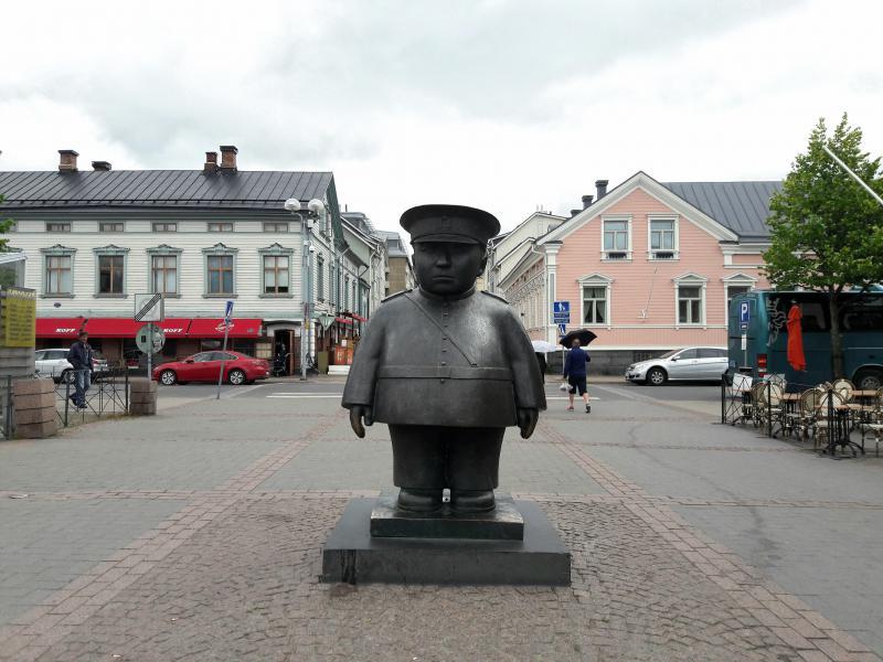 Памятник забавному и суровому городовому
