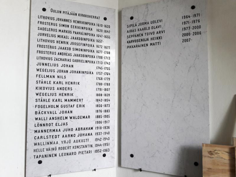 доска с перечислением имен всех настоятелей храма