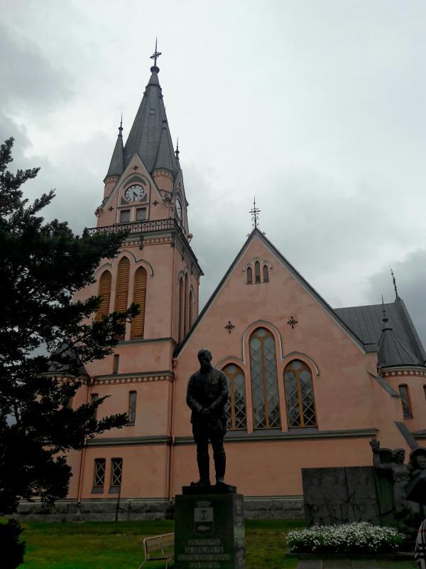 Город Кеми памятник молящемуся солдату
