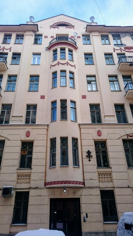 Мы подошли к дому на улице Рубинштейна, в котором Довлатов жил почти 30 лет